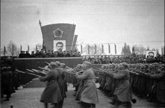 Войска Белорусского военного округа проходят торжественным маршем на параде в честь завершения операции