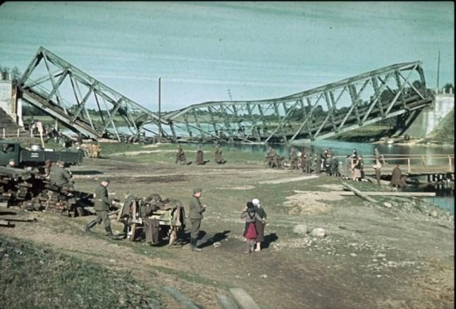 Разрушенный немцами мост в Польше
