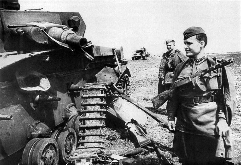 Красноармейцы и танки немцев