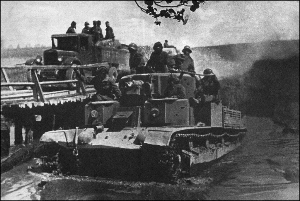 Советские войска переезжают реку в Польше