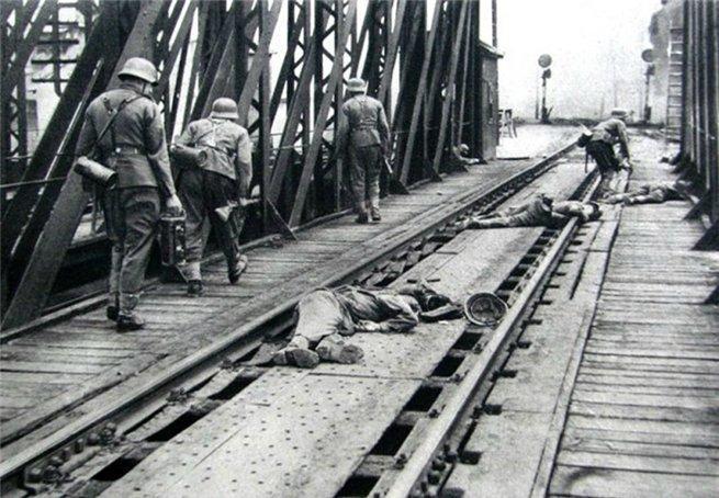 Немецкие солдаты в бою