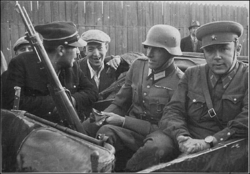 Советский, немецкий и польский военные