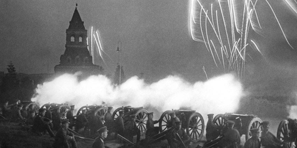 Салют в Москве в честь первой победы