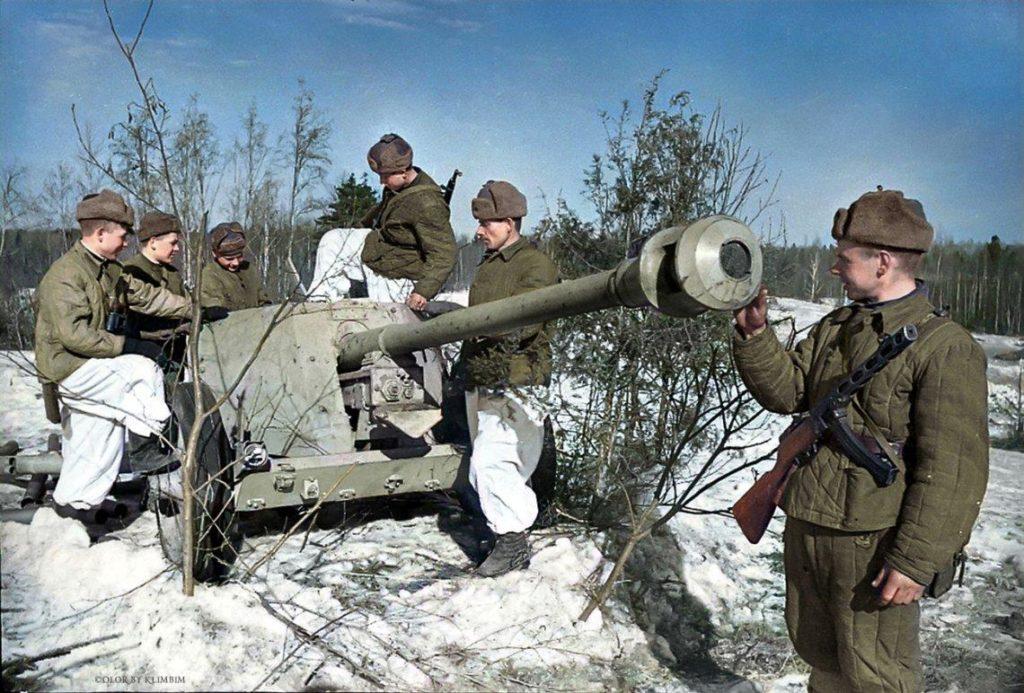 Красноармейцы с немецкой пушкой