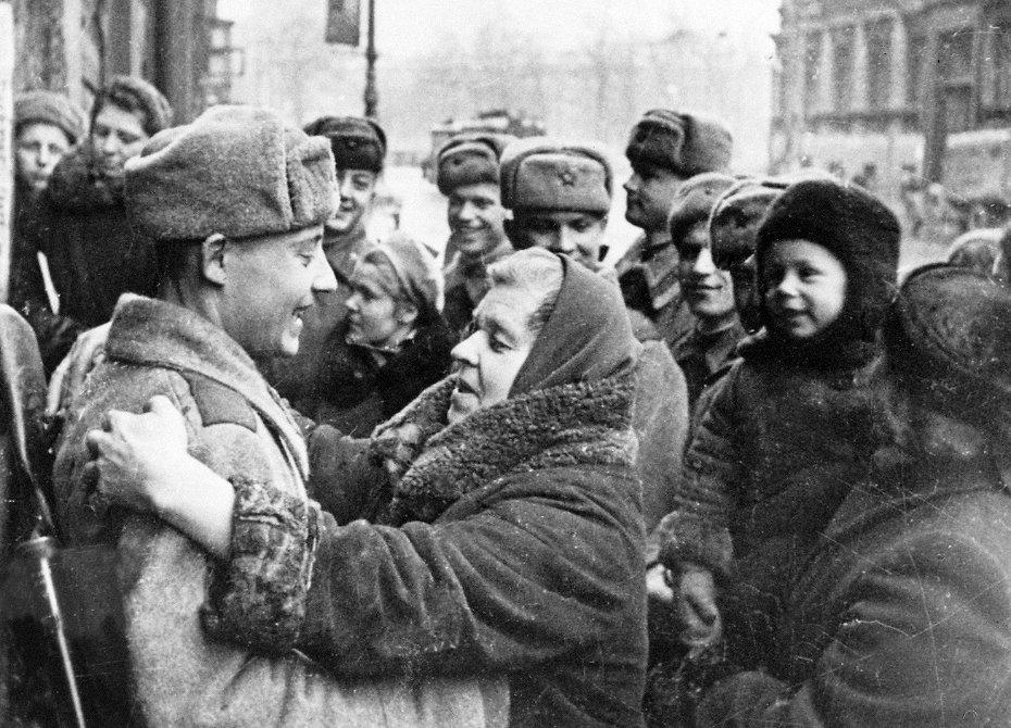 Радость и встреча жителей Ленинграда после блокады