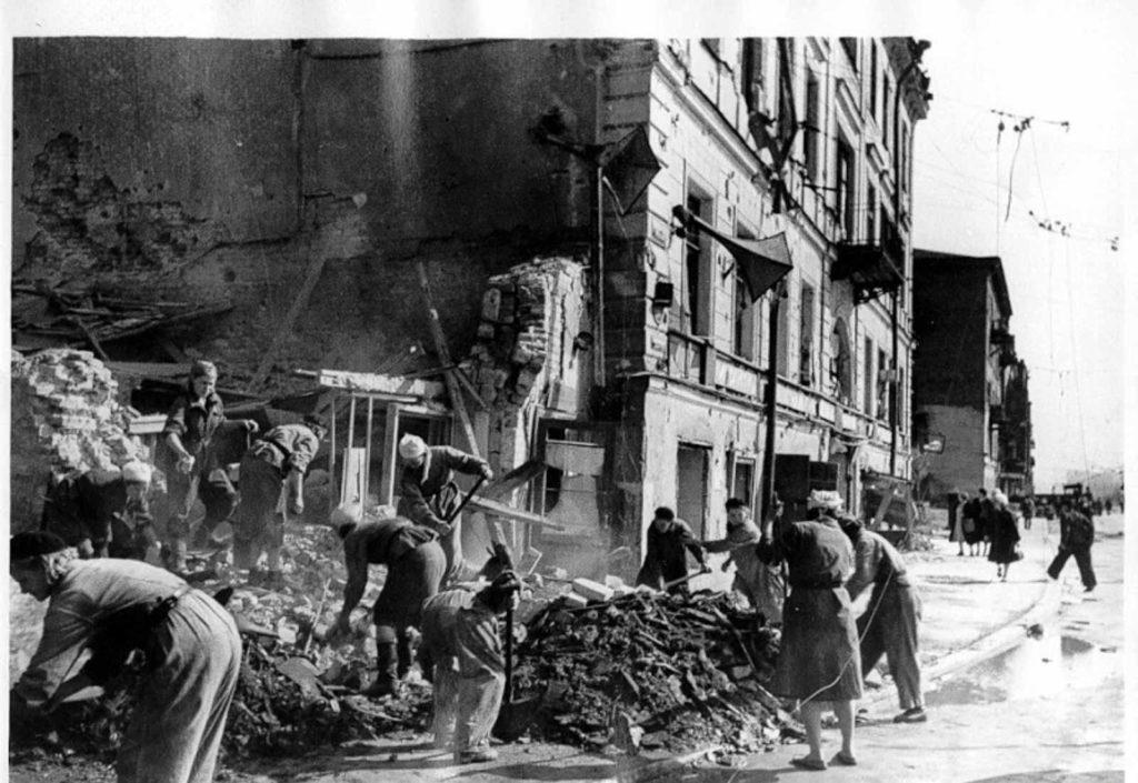 Разрушенный город во время блокады