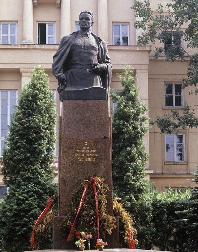 Памятник в честь Николая Кузнецова