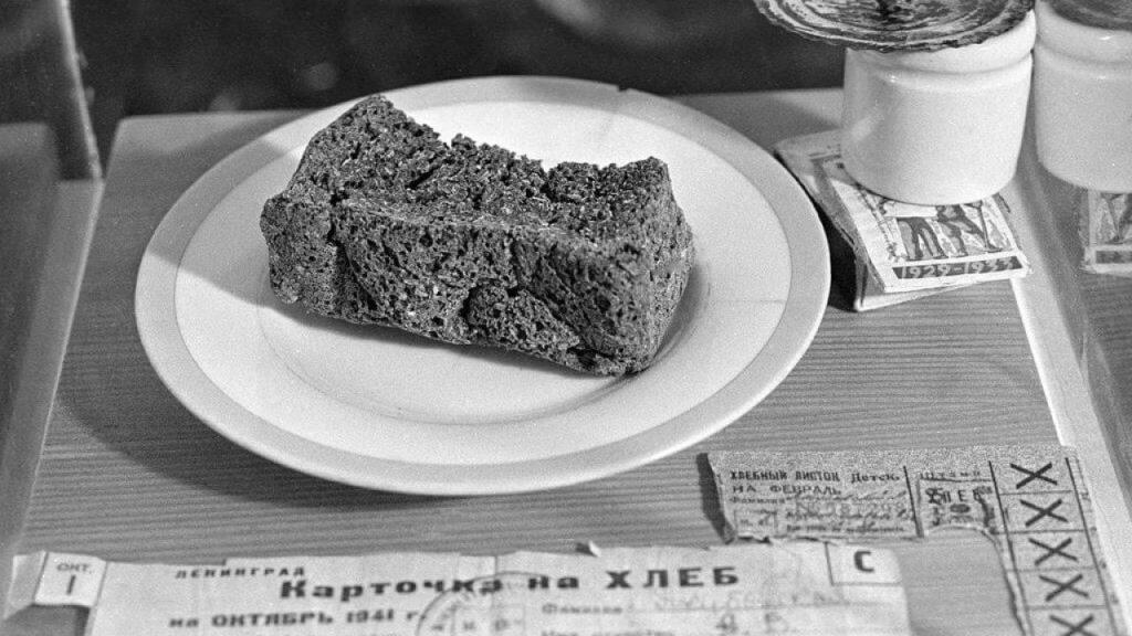 Кусочек хлеба, выданный по карточке
