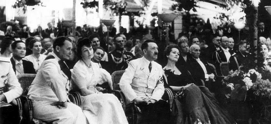 Адольф Гитлер на светском мероприятии