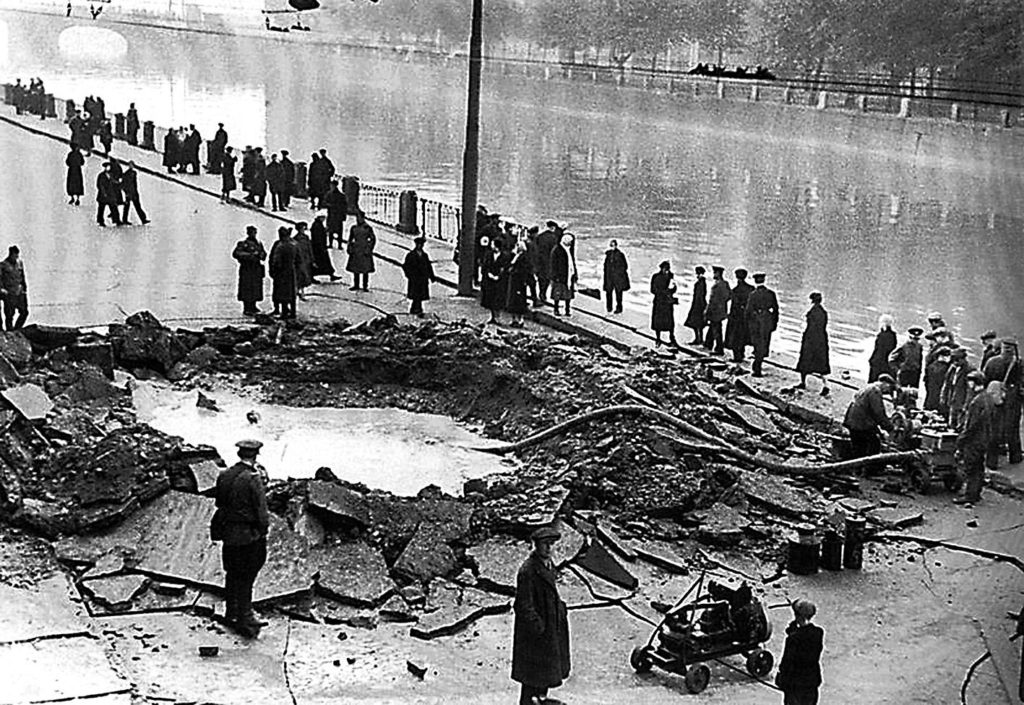 Воронка на набережной Ленинграда