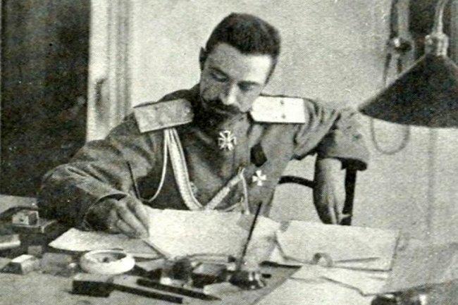 Генерал Марков в кабинете