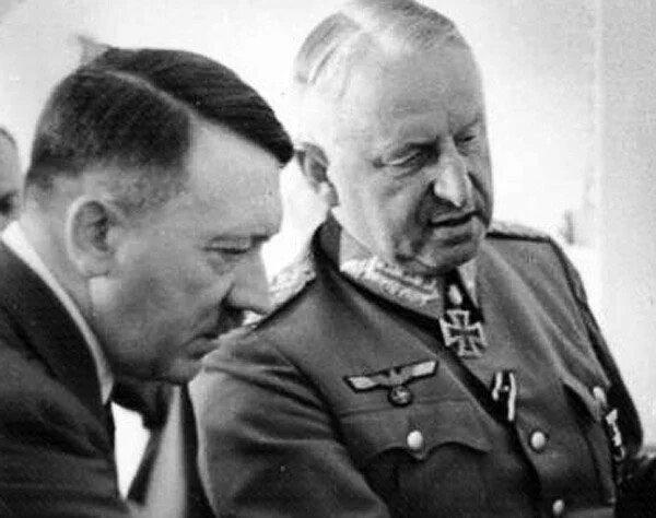 На фото Эрих Манштейн и Адольф Гитлер