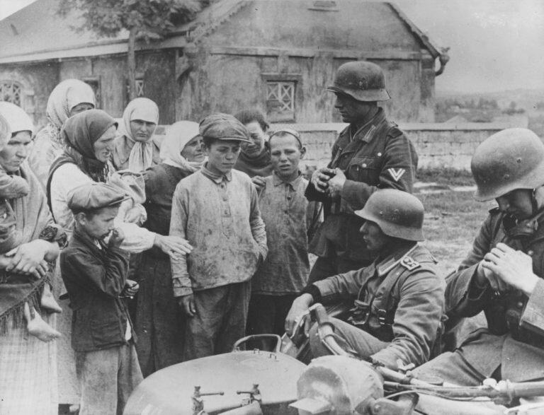 Деревня и жители, захваченные немцами