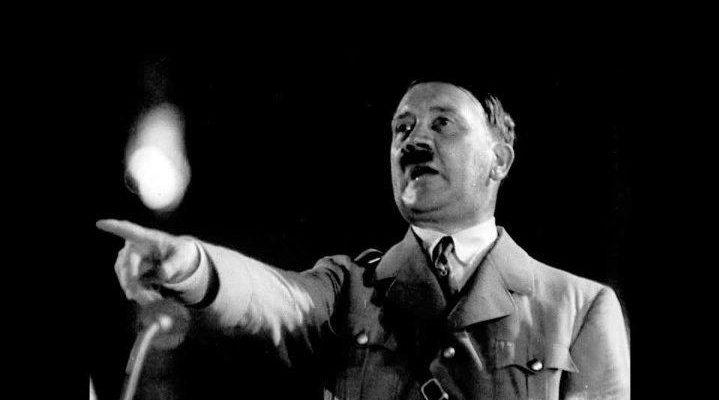 Гитлер на трибуне