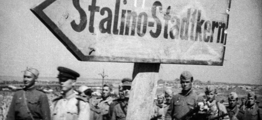 Красноармейцы у дорожного указателя оккупационных войск