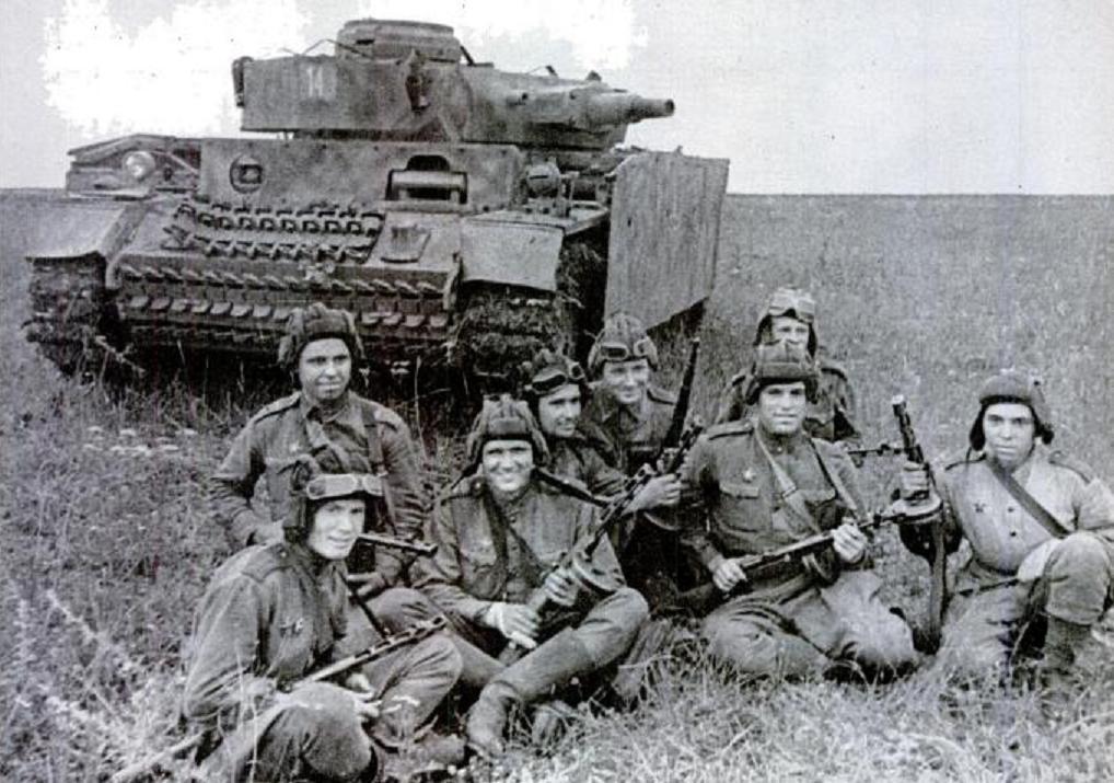 Солдаты Красной Армии и вражеский танк