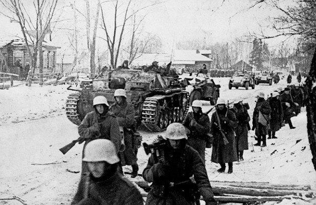 Немецкие солдаты идут на Москву