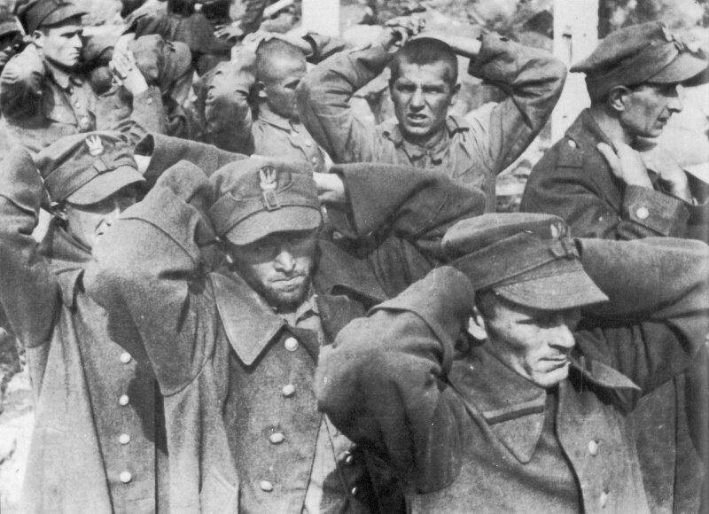 Польские солдаты сдаются в плен