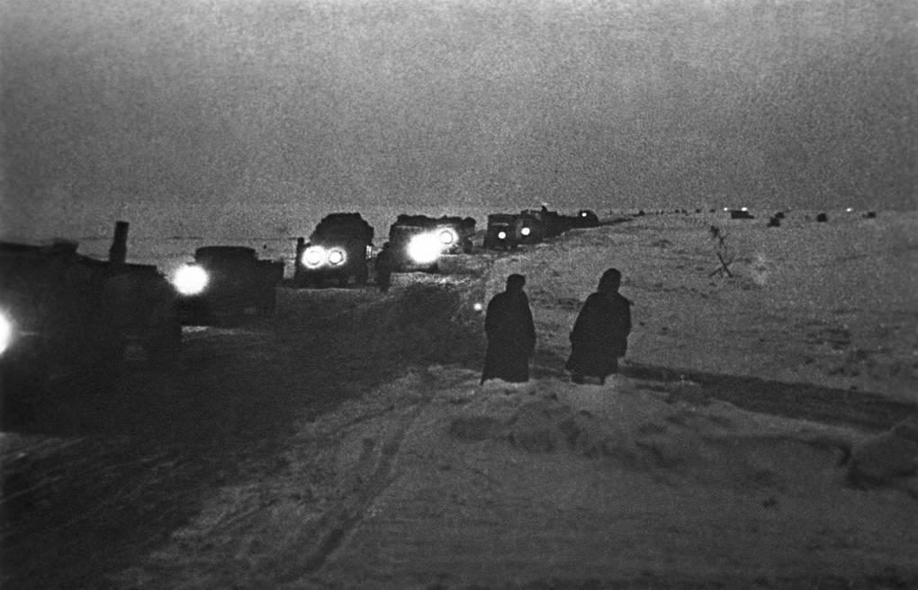 Колона грузовиков по пути в блокадный Ленинград
