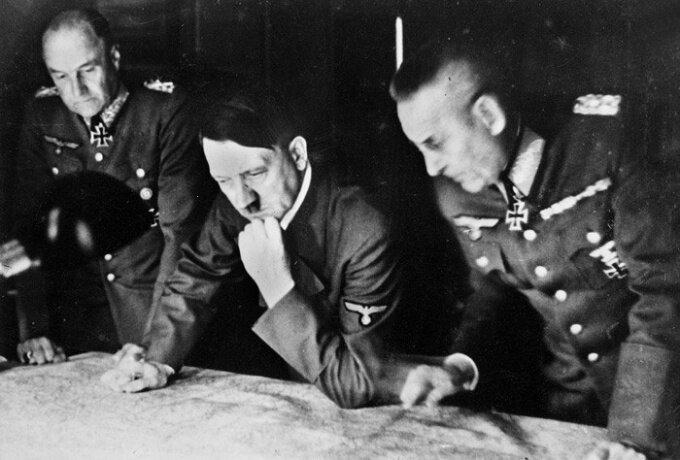 Гитлер разрабатывает план нападения на СССР