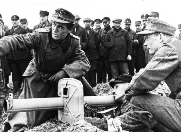 Немецкий офицер и солдаты