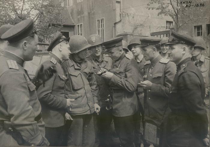 Фото с первым лейтенантом Альбертом Коцебу