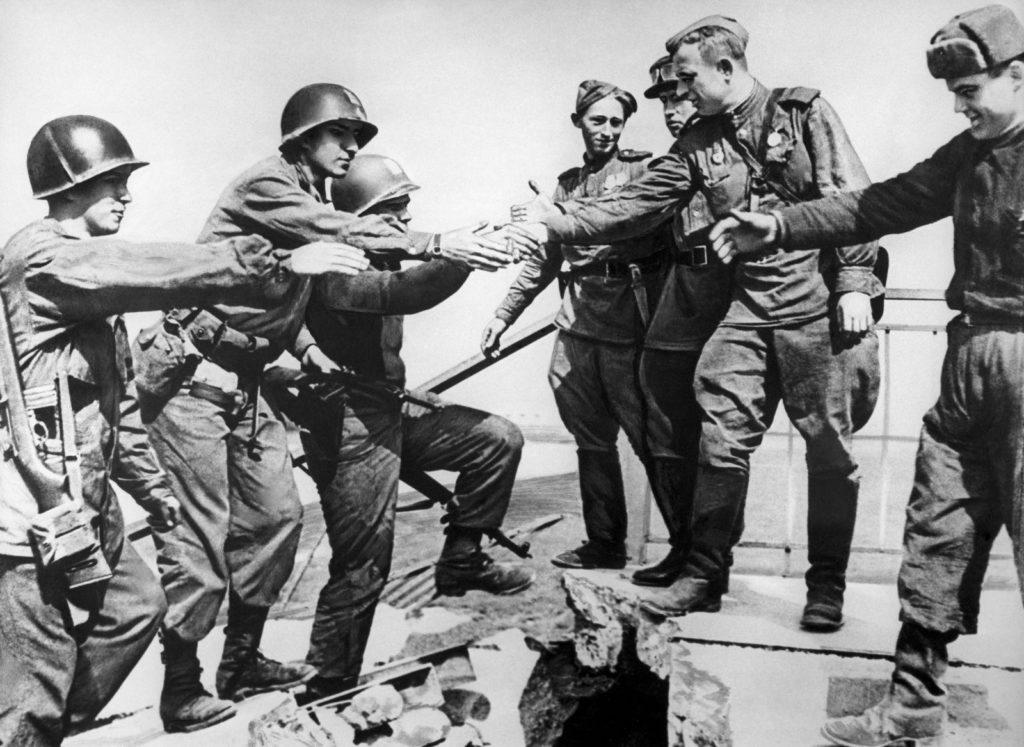 Встреча союзников на разрушенном мосту через реку