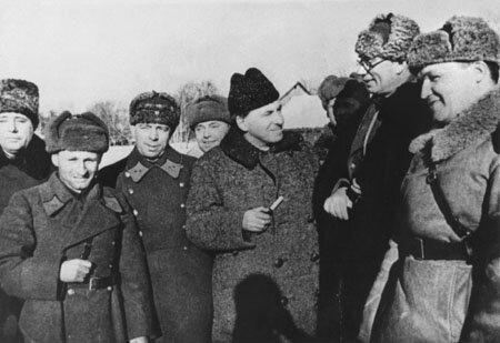 Фото генерала Власова по время получения ордена Ленина