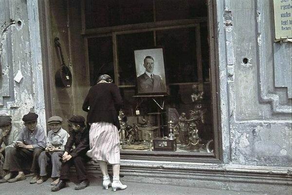 Портрет Гитлера возле магазина в Харькове