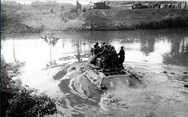 Советские танкисты переплывают реку