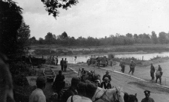 Фото солдат и граждан на реке Сан