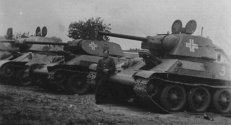 Танки Т-34-76 у немецких солдат