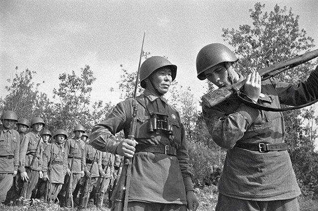 Вручение новой винтовки снайперу  Семёну Номоконову
