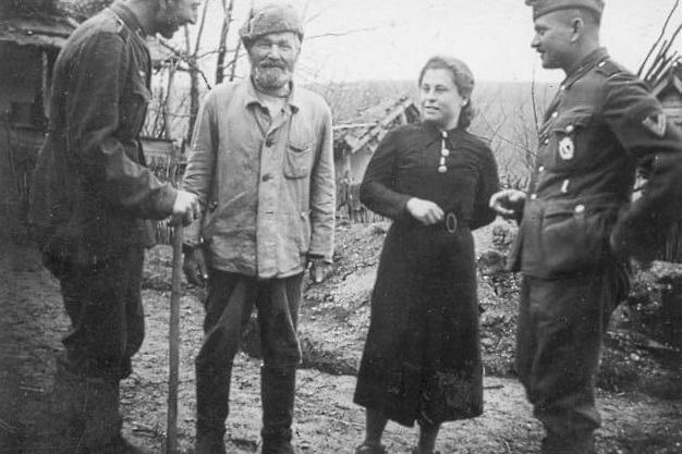 Крестьянин и немецкие солдаты