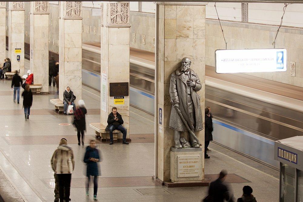 Памятник Матвею Кузьмину на станции метро