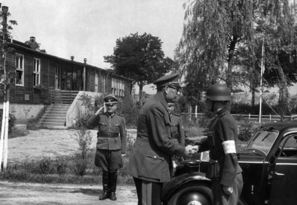 Фото Власова на фоне школы подготовки офицеров
