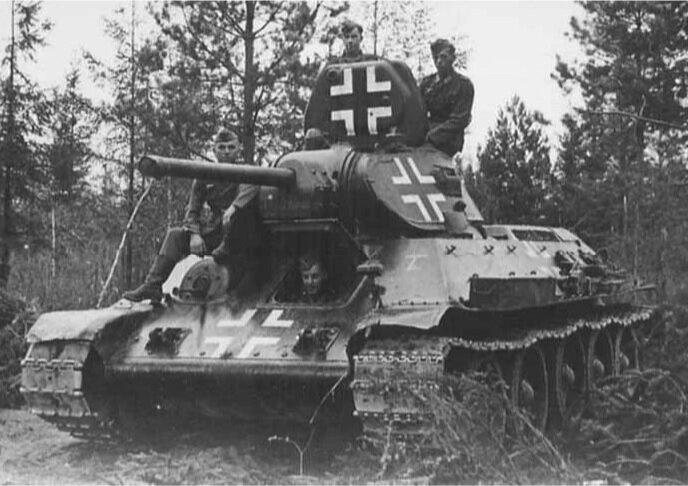 Замаскированный немцами советский танк