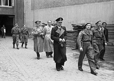 Фото адмирала Карла Дёница во время ареста