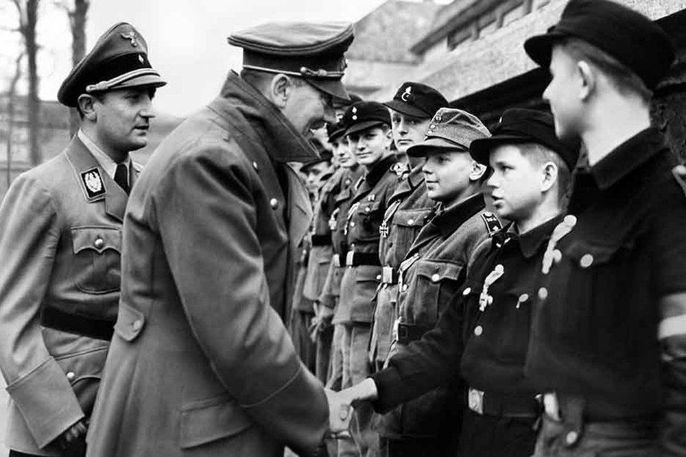 Гитлер и юные защитники Германии