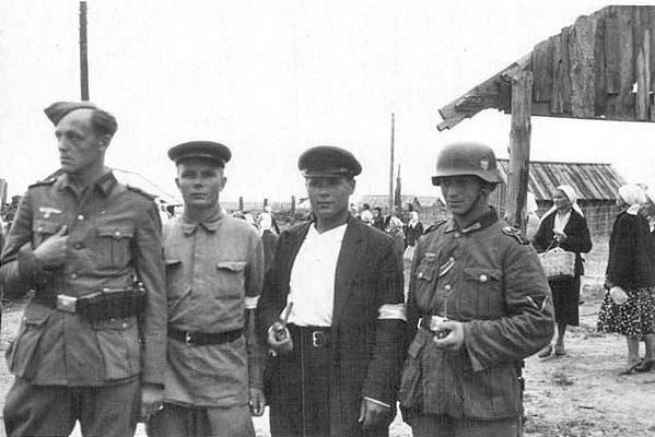 На фото немецкие солдаты с полицаем