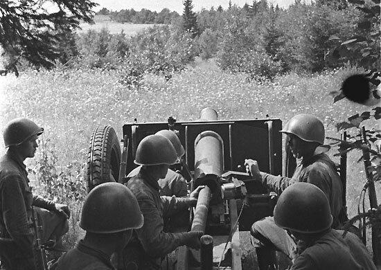 На фото советские артиллеристы