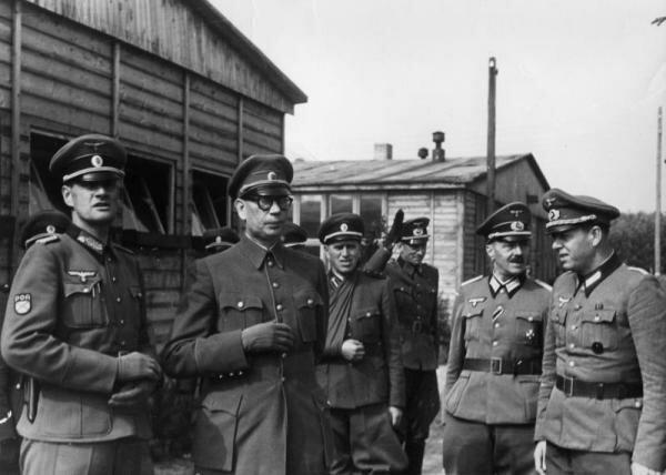 Фото Власова с офицерами РОА