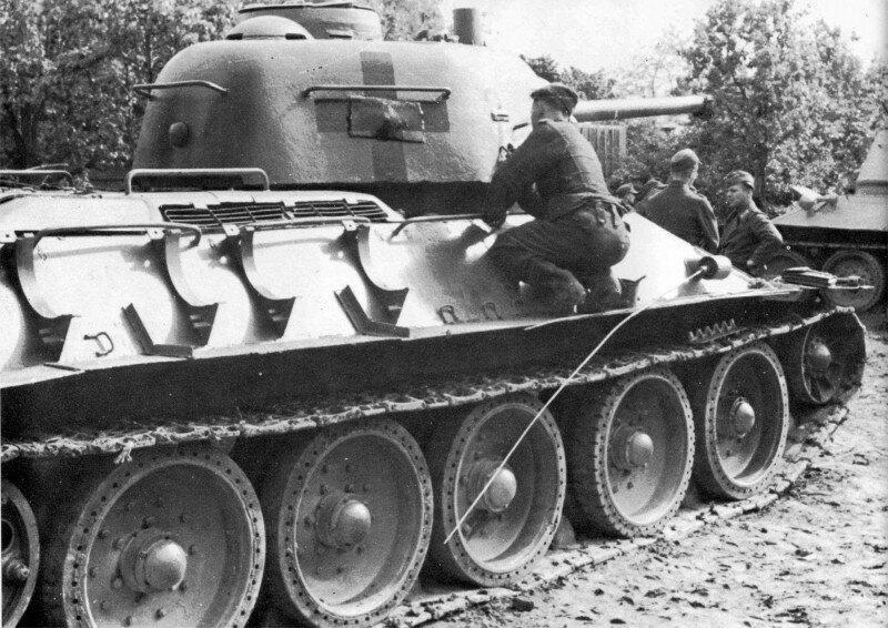 Немцы рисуют отличительные знаки на советском танке
