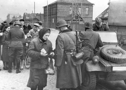 Советские граждане и немецкие солдаты в оккупированном городе