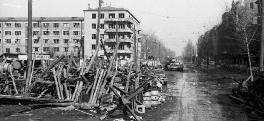 Разрушенное здание во время оккупации города