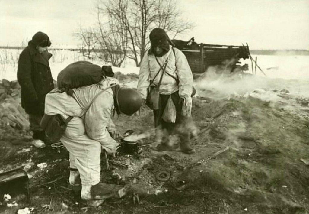 Немецкие войска греют еду в мороз