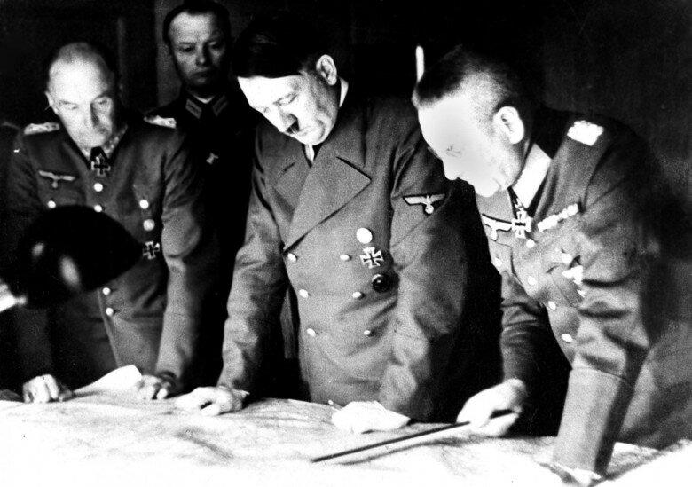 Гитлер в своем кабинете