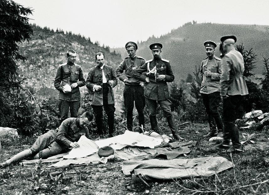 Фотография, на которой изображены русские солдаты и министр
