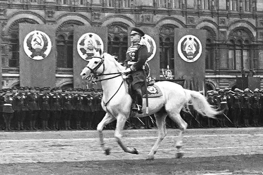 Фото маршала Жукова во время парада