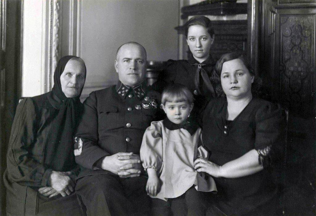 Семейное фото маршала Жукова с женой, дочерью и матерью